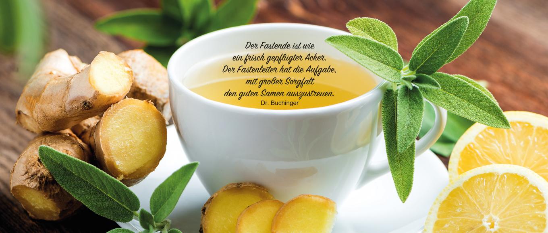 Eine weiße Tasse Tee mit Ingwer und Zitronen verziert